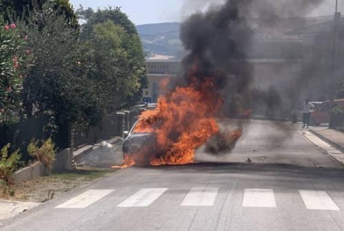 Staffolo, paura per un'auto avvolta dalle fiamme