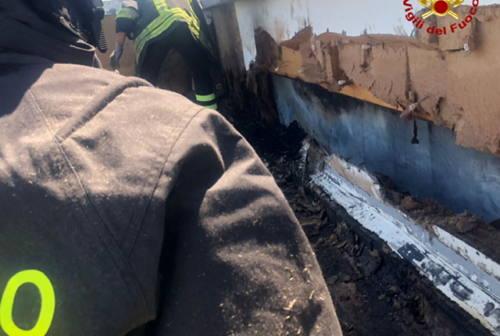 Senigallia, allarme per una tettoia in fiamme sul Lungomare Italia