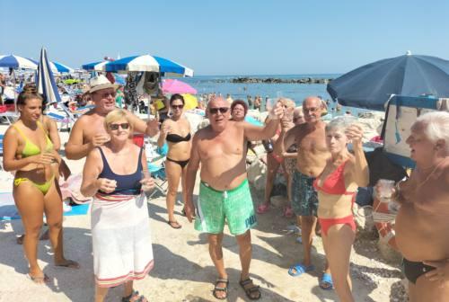 Ancona, il brindisi di Ferragosto alla spiaggia del Passetto. Boom di presenze negli stabilimenti della riviera
