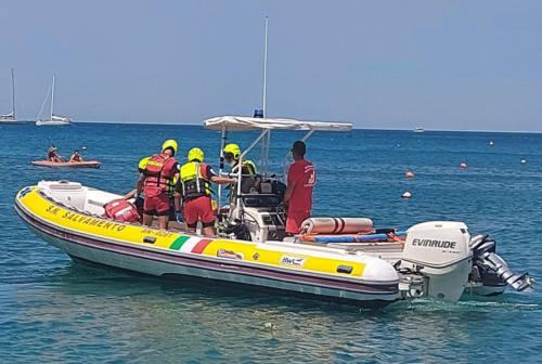 Brutta caduta nella spiaggia della Vela di Portonovo, donna trasportata a Torrette