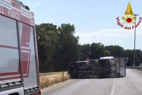 Camion si ribalta, interviene l'eliambulanza tra Casine e Passo Ripe