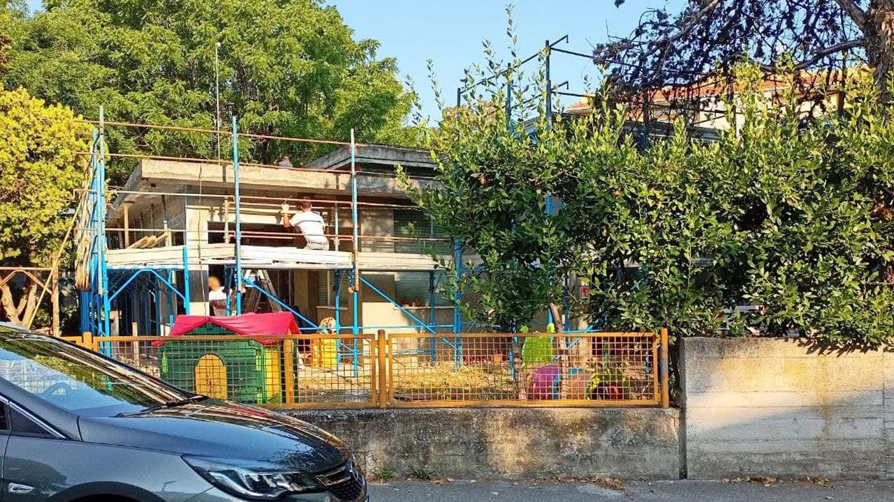 I lavori alla scuola dell'infanzia Vivere Verde, a Senigallia