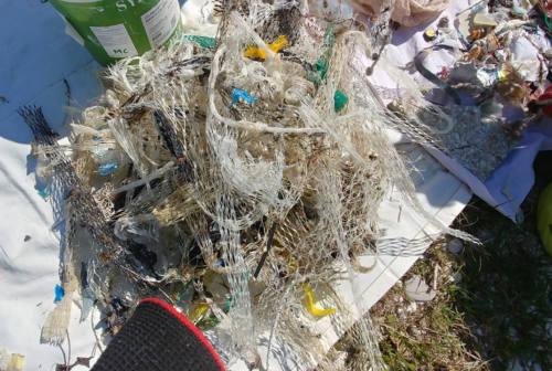 Marche, in spiaggia 9 rifiuti su 10 derivano dalla plastica: allarme Legambiente