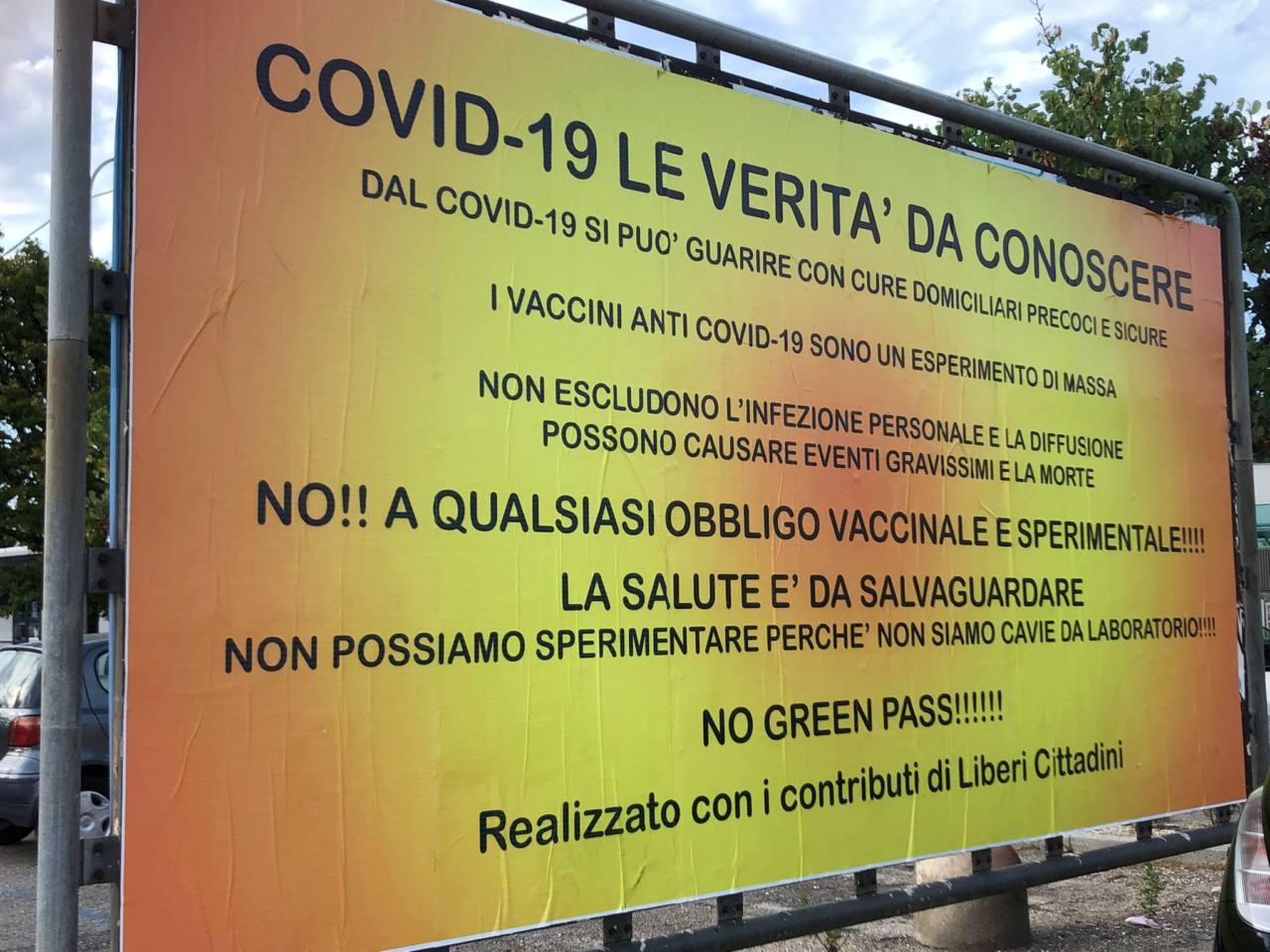 A Senigallia sono comparsi manifesti no vax e no green pass