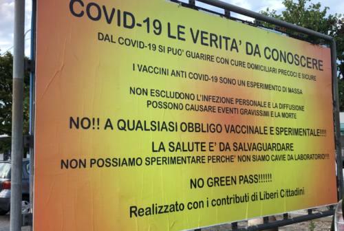 Senigallia, pioggia di polemiche sui manifesti no vax e no green pass