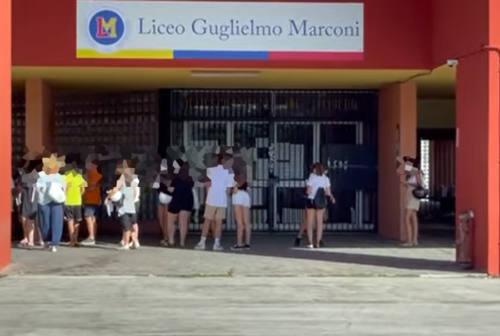 Pesaro, coda al campus per i tamponi gratis. Ricci: «E per la Notte delle candele avremo anche il camper per vaccinarsi»
