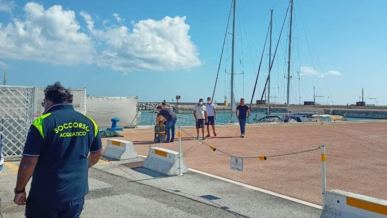 Le operazioni di identificazione della persone deceduta rinvenuta nelle acque del porto di Senigallia