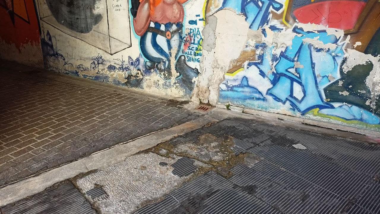 Il degrado nel sottopasso di via Perilli a Senigallia