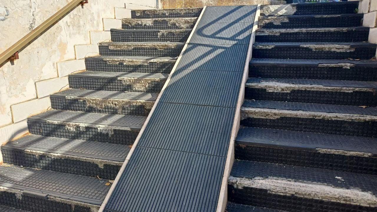 Lo stato di degrado della scalinata di accesso al sottopasso di via Perilli, a Senigallia