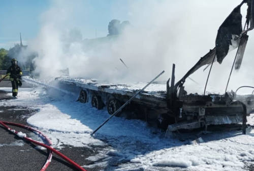 Rimorchio a fuoco lungo l'autostrada A14 tra Senigallia e Montemarciano