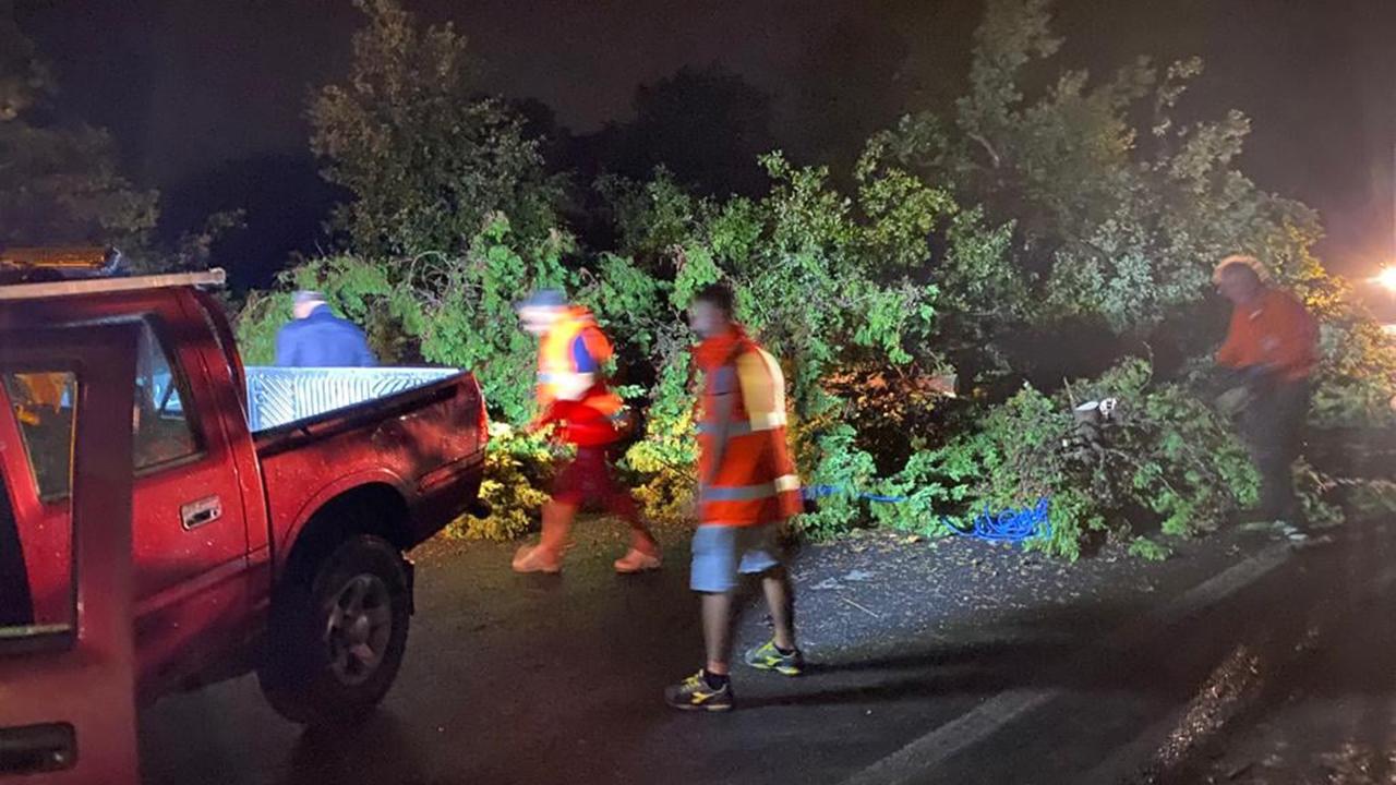 Operai comunali e provinciali al lavoro per liberare le strade di Montemarciano dalle piante e dai rami spezzati a causa del maltempo del 26 settembre 2021