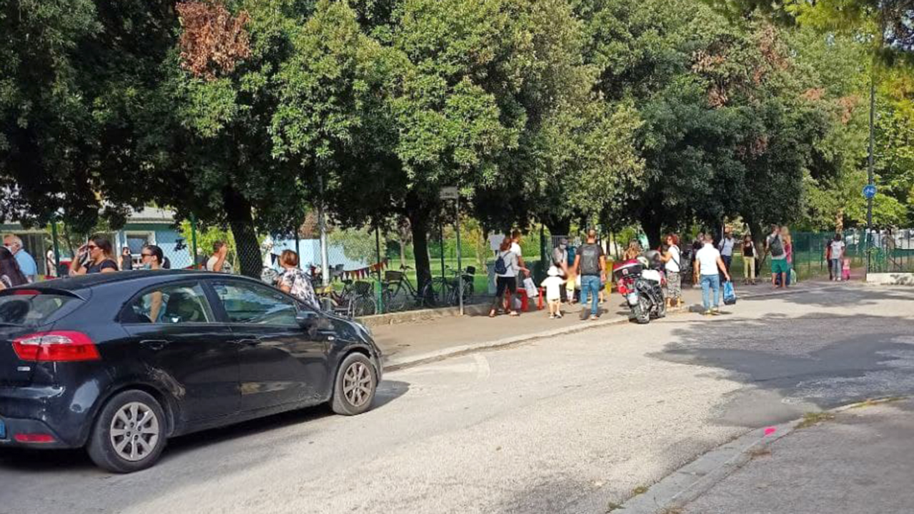 I genitori in fila davanti la scuola dell'infanzia Aquilone di Senigallia per il primo giorno di scuola 2021/22