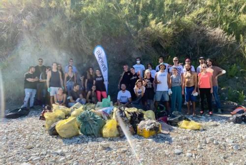 Ecco 2hands, l'associazione che ripulisce Ancona: «Basta rifiuti mal conferiti, è ora di cambiare. La Terra è casa nostra»