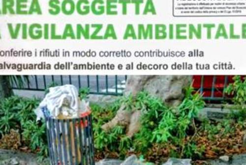 Pesaro, telecamere e fototrappole per incastrare chi lascia i rifiuti ingombranti ai cassonetti