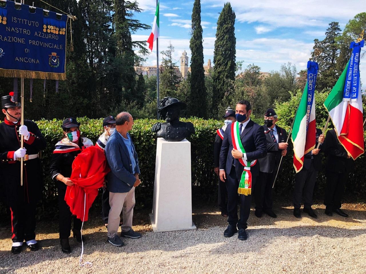 La scoperta del busto da parte del sindaco al parco del Monumento di Castelfidardo