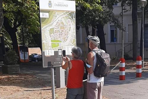 Fabriano, installata la nuova segnaletica turistica. Santarelli: «Un altro progetto vede la luce»
