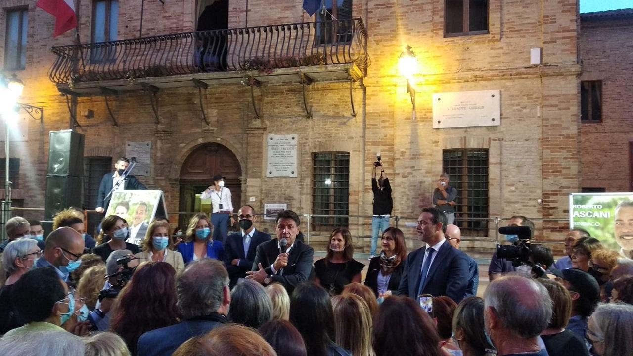 Il presidente del Movimento 5 stelle Giuseppe Conte a Castelfidardo con il sindaco Roberto Ascani e la giunta