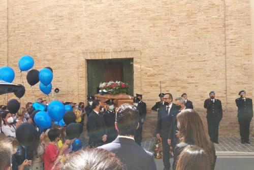 Camerano, palloncini neri e blu per l'estremo saluto all'agente Antonio Cariello