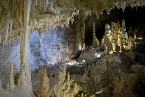 Genga: suggestivo il 50° anniversario della scoperte delle Grotte di Frasassi