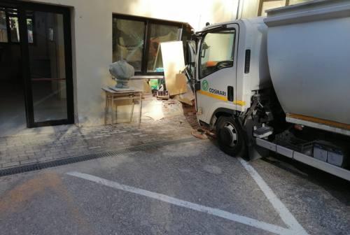 Macerata, camioncino dei rifiuti si sfrena e sfonda il muro di una scuola