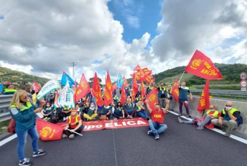 Vertenza Elica: sciopero a sorpresa a Mergo, occupata la SS. 76