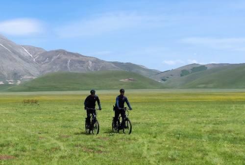 Carabinieri Forestali in servizio con l'e-bike all'interno del Parco Nazionale dei Monti Sibillini