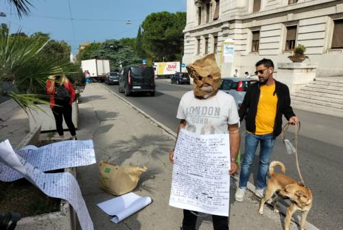 Ancona, 46enne si incatena al municipio: «Chiedo tamponi gratuiti». Identificato dalla Polizia