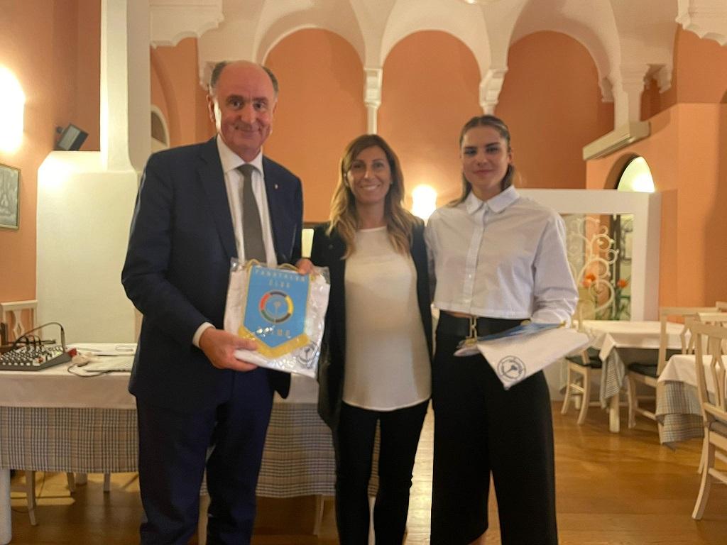 Da sinistra: il presidente del Coni Marche Fabio Luna, la presidente del club Valentina Iobbi e la campionessa Angelica Ghergo