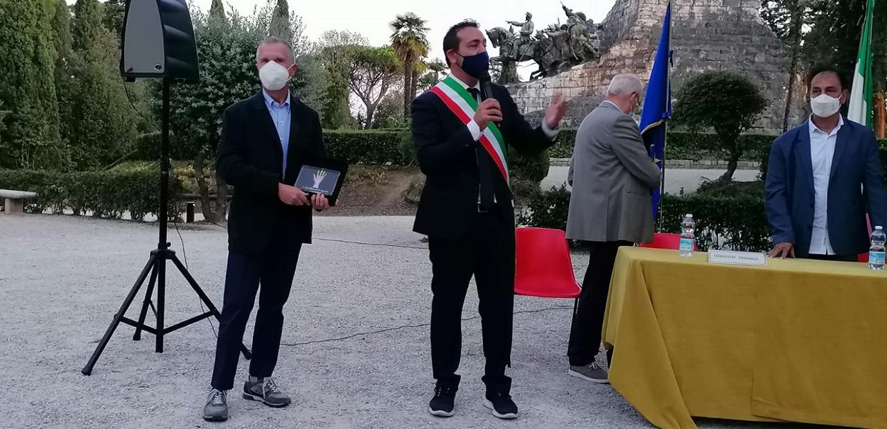 Il dottor Guido Sampaolo premiato dal sindaco Roberto Ascani