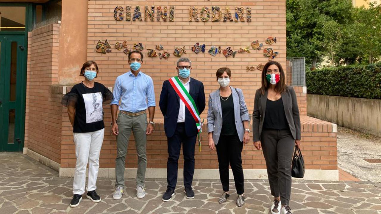Sindaco e assessori di Senigallia in visita alla scuola Rodari per il primo giorno dell'anno scolastico 2021/22