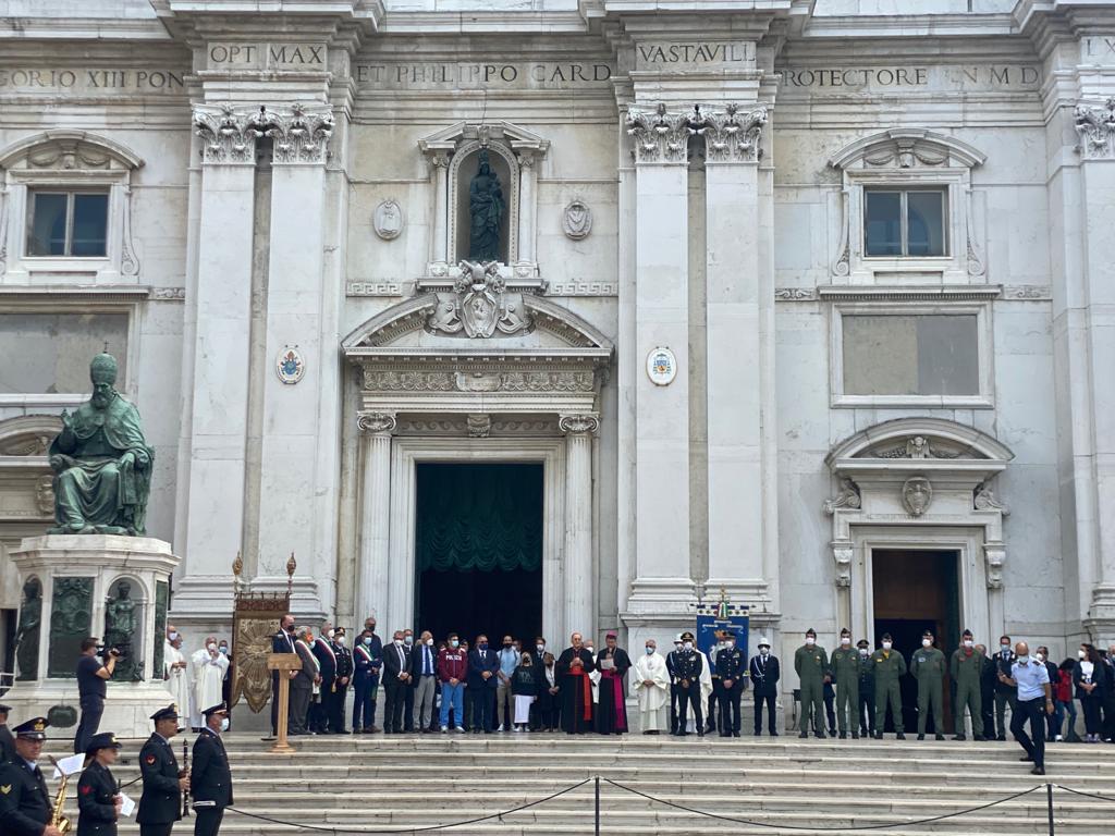 Le personalità civili, religiose e militari sul sagrato a Loreto