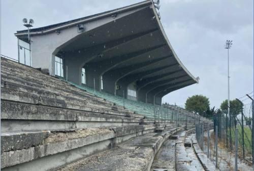 Falconara, giù l'ultima parte di tribuna allo stadio Roccheggiani: sarà ricostruita
