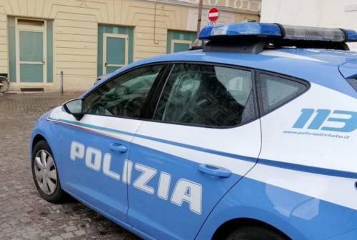Pesaro, prende la compagna per il collo: arrestato per maltrattamenti