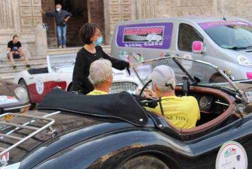Auto d'epoca straniere in passerella nel centro storico di Ascoli: grande curiosità e fascino