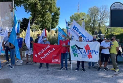 Polizia penitenziaria in protesta a Pesaro: «Chiediamo sicurezza, spesso torniamo a casa dopo un passaggio in infermeria»