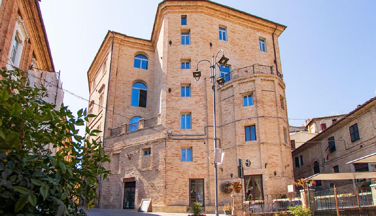 Il nuovo palazzo del turismo e della cultura a Corinaldo: l'edificio ex convento degli Agostiniani ospita ora il Ma Hotel e il centro studi internazionale sulla donna