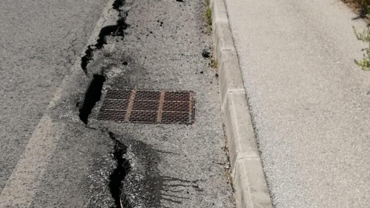 Crepe in via S.Arco a Montemarciano: il dislivello causato dal cedimento del terreno