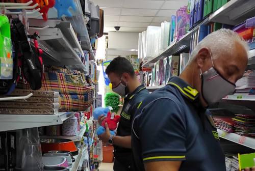 Macerata, maxi controlli della Guardia di Finanza: scoperti due lavoratori in nero, sequestrati 12mila oggetti contraffatti