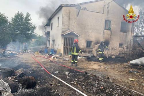 Colonna di fumo nero in Vallesina: a fuoco un capanno agricolo. Una persona ustionata