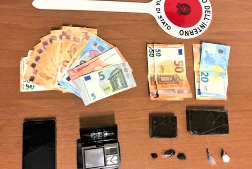 Fano, strappa coi denti la dose di cocaina per scappare dalla Polizia: arrestato