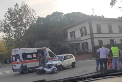 Jesi, scontro al semaforo: scooterista travolto. L'autista dell'auto ha un malore per lo choc