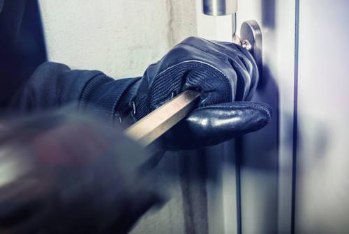 Pesaro, i ladri colpiscono all'ora di pranzo in zona mare: appartamento svaligiato