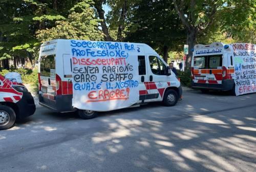 Trasporto sanitario Torrette, doppio presidio dei lavoratori First Aid One: «Ingiusto rimpiazzare professionisti con volontari»