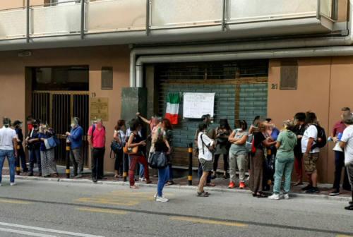 Ancona, no al Green pass: gruppo di docenti protesta davanti all'Ufficio Scolastico regionale