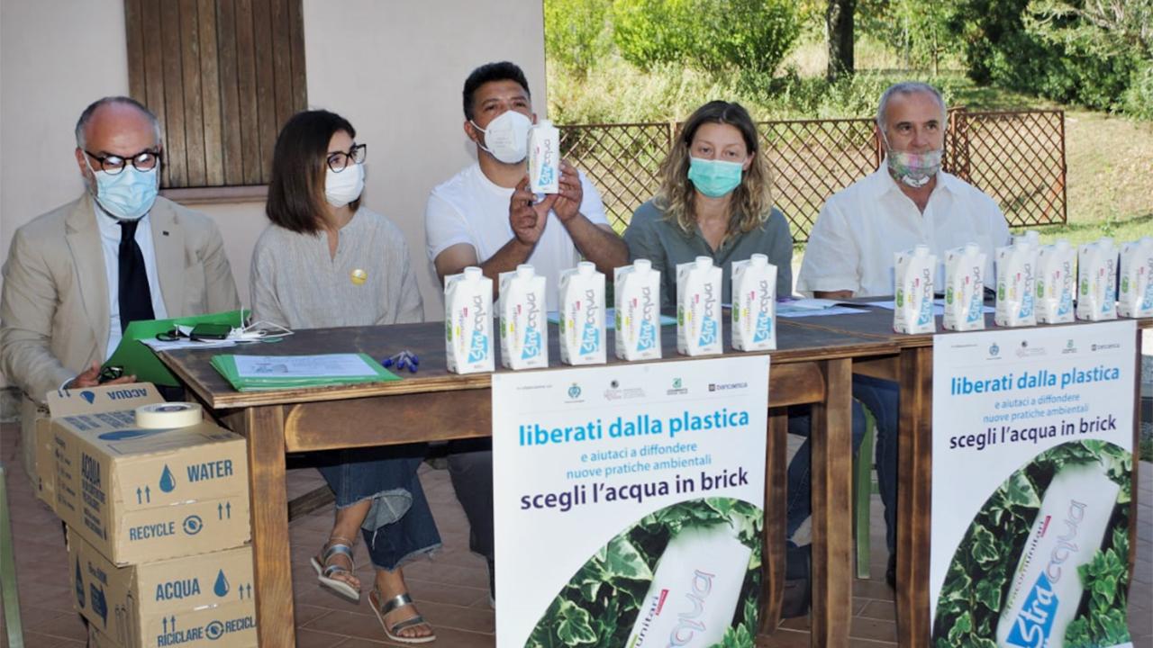 Dalla plastica al tetrapak: l'iniziativa di Stracomunitari per un'acqua ecosostenibile in nome dell'ambiente
