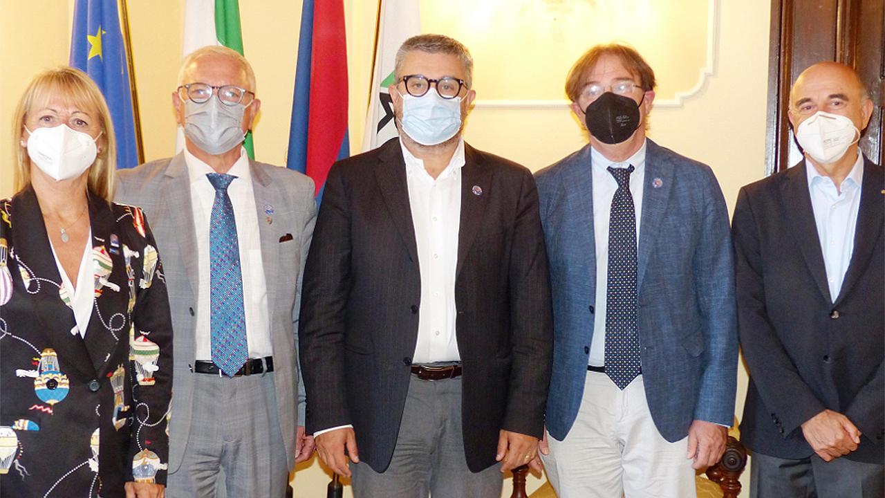 La visita del governatore del distretto Rotary 2090 Gioacchino Minelli a Senigallia, ricevuto dal sindaco Massimo Olivetti (al centro)