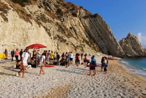 Riviera del Conero, 50 volontari hanno pulito la spiaggia e i fondali delle Due Sorelle
