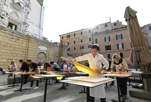 La pasta fatta in casa come una volta: ad Ancona si va a lezione in piazza da sfoglina Simonetta