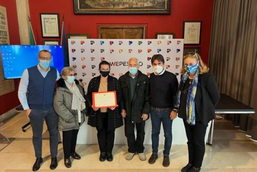 Pesaro, chiude Colaci lo storico fotografo di Piazza Redi. Consegnato il plauso della città