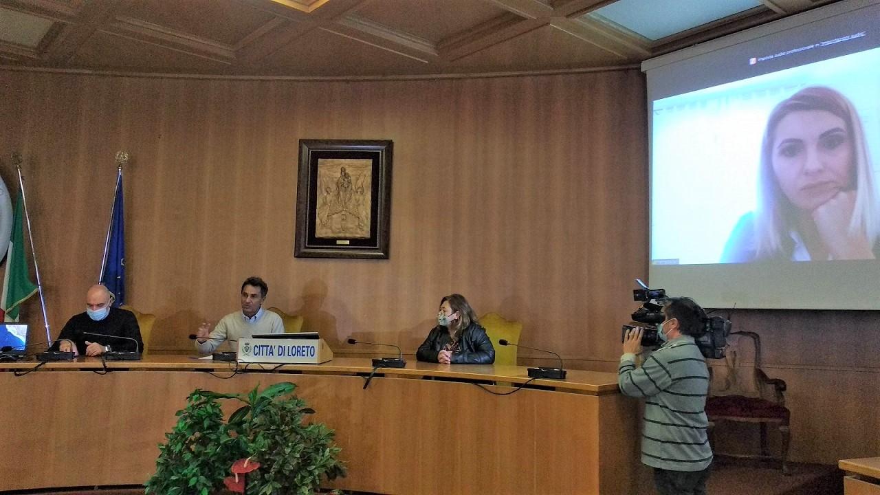 Da sinistra: il vicesindaco Pighetti, il sindaco Pieroni, gli assessori Romanini e Carli (in video)